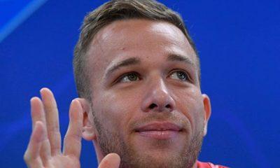 Primera Division: Arthur enthuses about Piques beauty